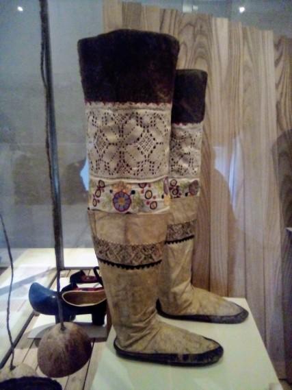 Paire de bottes de femmes, 1930-1934 - Groenland (Ile d'Ammassalik) - culture Inuit